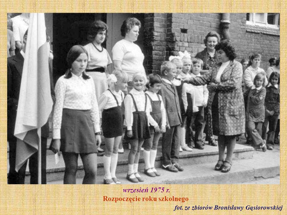 1975 r. Inauguracja roku szkolnego - kl. I b fot. ze zbioru Bogusława Pawluczuka