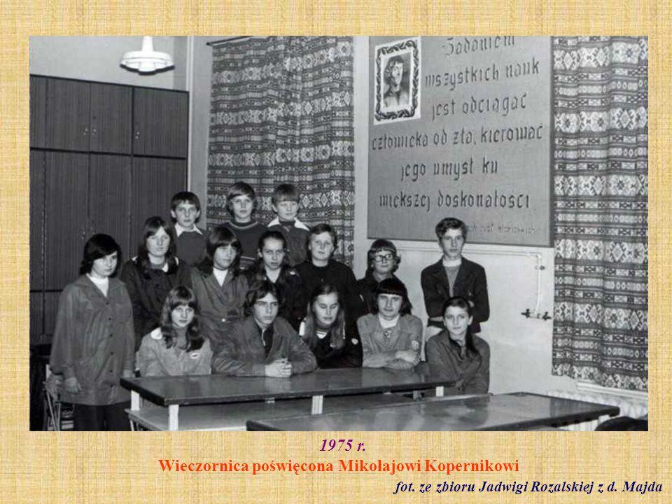 1976 r.Zabawa karnawałowa zorganizowana dla dzieci pracowników szkoły fot.