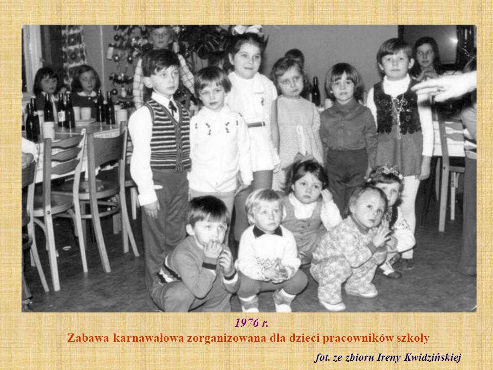 Wrzesień 1976 r. Klasa I a z wychowawczynią Haliną Sobecką fot. ze zbioru Haliny Sobeckiej