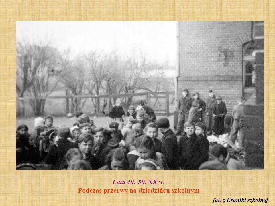 Lata 40./50. XX w. Zbiórka makulatury na dziedzińcu szkolnym fot. z Kroniki szkolnej