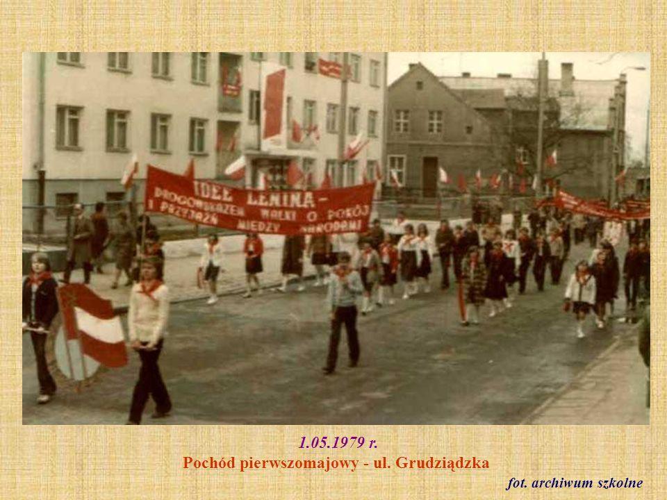 17.IX.1979 r.Święto szkoły, wręczenie sztandaru szczepowi harcerskiemu.