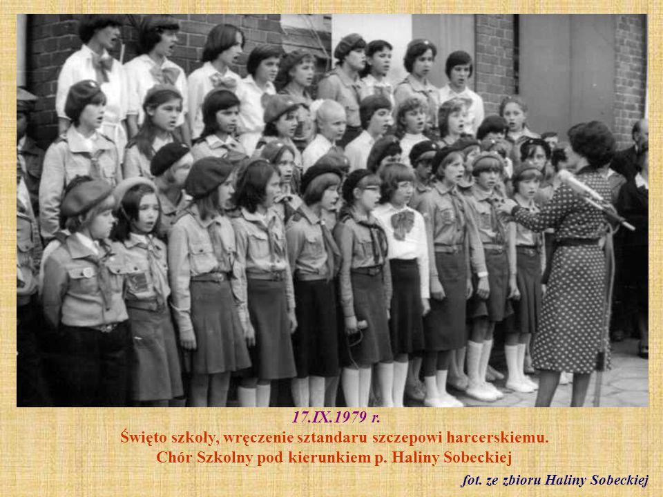 1979 r.O lewej siedzą nauczycielki: Barbara Modliszewska, Jadwiga Mokwa, Helena Osyf fot.