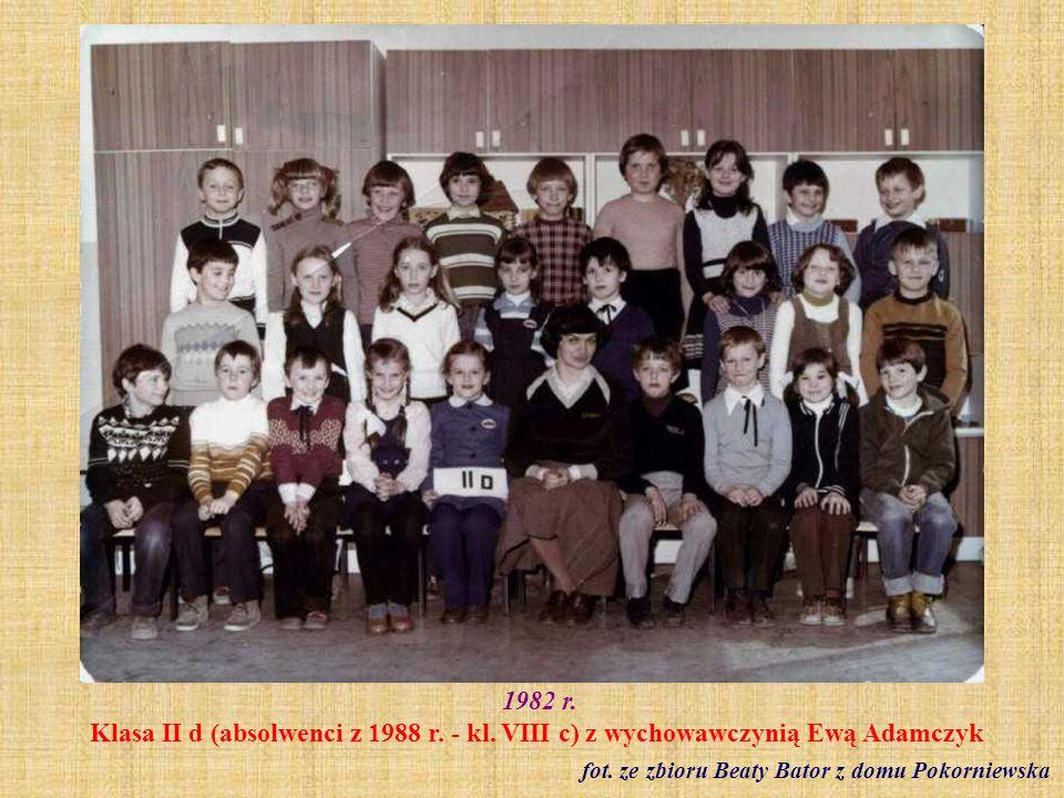 1982 r. Klasa VI b z wychowawczynią Reginą Staszak fot. ze zbioru Reginy Staszak