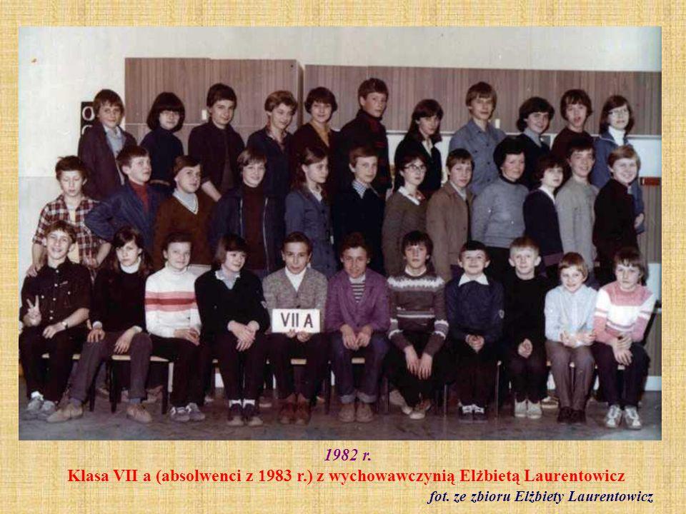 1982 r. Klasa VIII b z wychowawczynią Alicją Połeć fot. archiwum szkolne