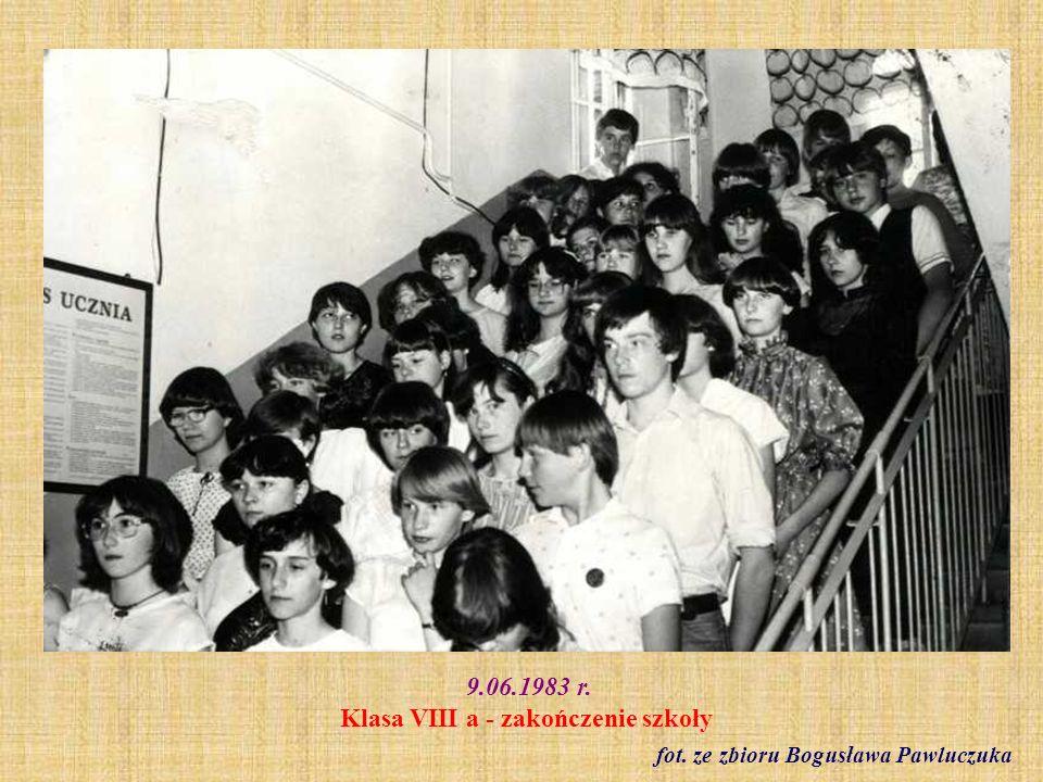 9.06.1983 r. Zakończenie klas VIII. Nauczyciele i rodzice fot. ze zbioru Bogusława Pawluczuka