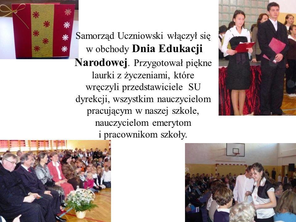 Samorząd Uczniowski włączył się w obchody Dnia Edukacji Narodowej. Przygotował piękne laurki z życzeniami, które wręczyli przedstawiciele SU dyrekcji,