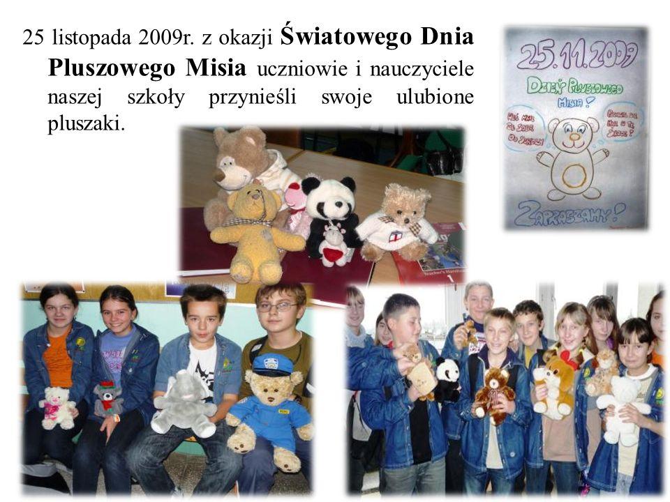 25 listopada 2009r. z okazji Światowego Dnia Pluszowego Misia uczniowie i nauczyciele naszej szkoły przynieśli swoje ulubione pluszaki.