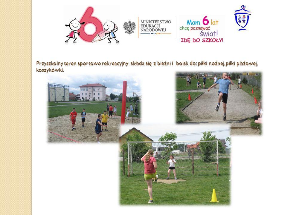 Przyszkolny teren sportowo rekreacyjny składa się z bieżni i boisk do: piłki nożnej, piłki plażowej, koszykówki.