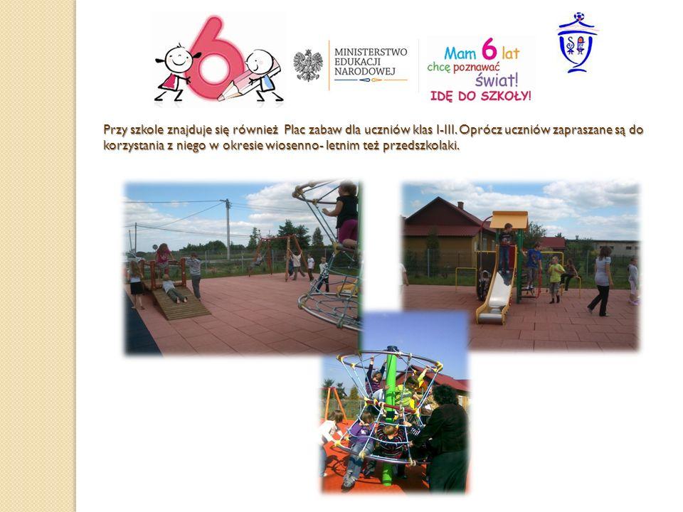 Przy szkole znajduje się również Plac zabaw dla uczniów klas I-III. Oprócz uczniów zapraszane są do korzystania z niego w okresie wiosenno- letnim też