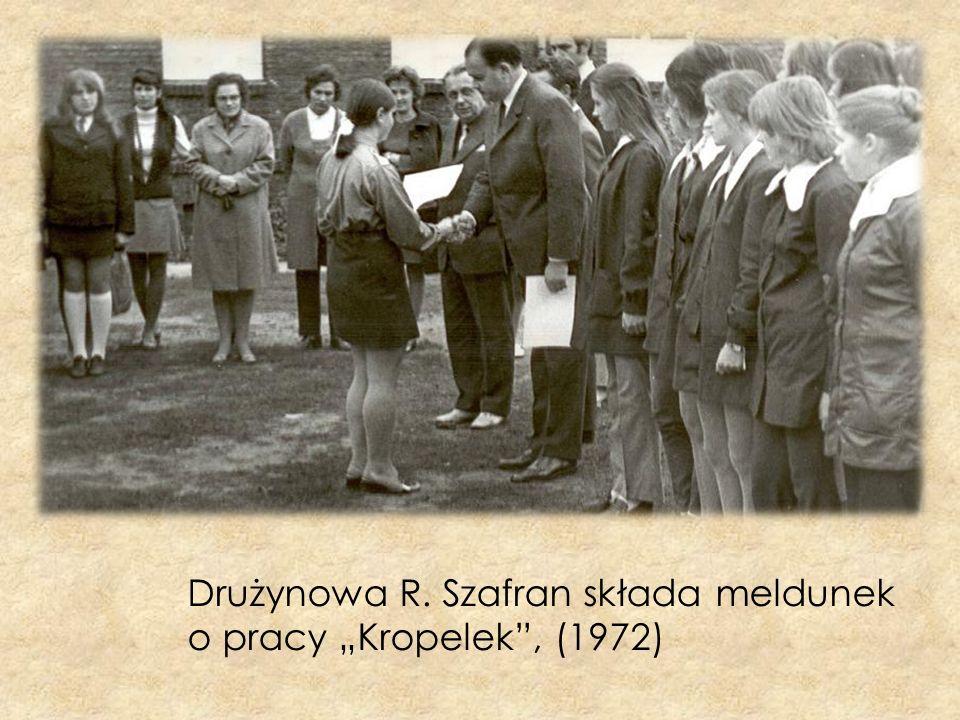 Drużynowa R. Szafran składa meldunek o pracy Kropelek, (1972)