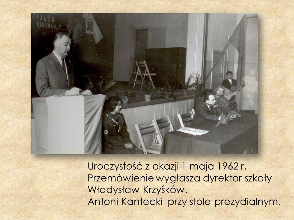 Uroczystość z okazji 1 maja 1962 r. Przemówienie wygłasza dyrektor szkoły Władysław Krzyśków. Antoni Kantecki przy stole prezydialnym.