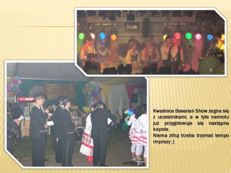 Kwaśnica Bavarian Show żegna się z uczestnikami, a w tyle namiotu już przygotowuje się następna kapela. Niema zlituj trzeba trzymać tempo imprezy ;)