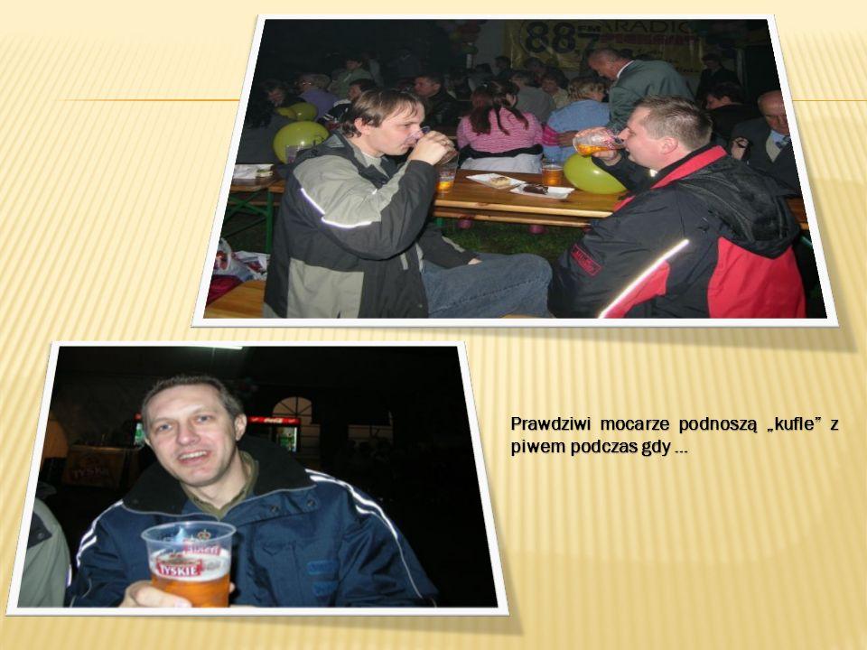 Prawdziwi mocarze podnoszą kufle z piwem podczas gdy …