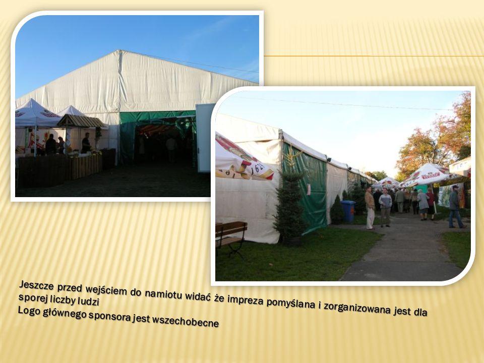 Kwaśnica Bavarian Show żegna się z uczestnikami, a w tyle namiotu już przygotowuje się następna kapela.