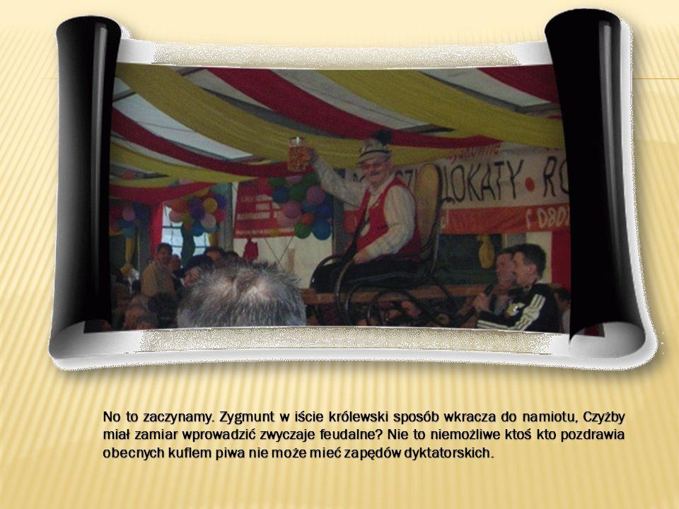 Bernadeta na scenie A my aby dostrzec z końca namiotu takie obrazki musimy podejść całkiem do przodu, lub jak przedstawiają to fotki wyciągnąć zoom na maxa a potem pobawić się trochę aby wydobyć efekty.