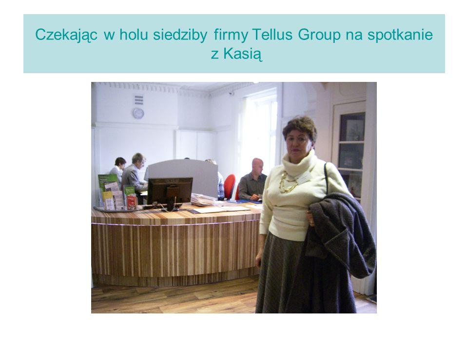 Czekając w holu siedziby firmy Tellus Group na spotkanie z Kasią