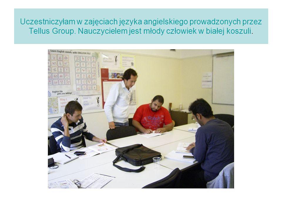 Uczestniczyłam w zajęciach języka angielskiego prowadzonych przez Tellus Group. Nauczycielem jest młody człowiek w białej koszuli.