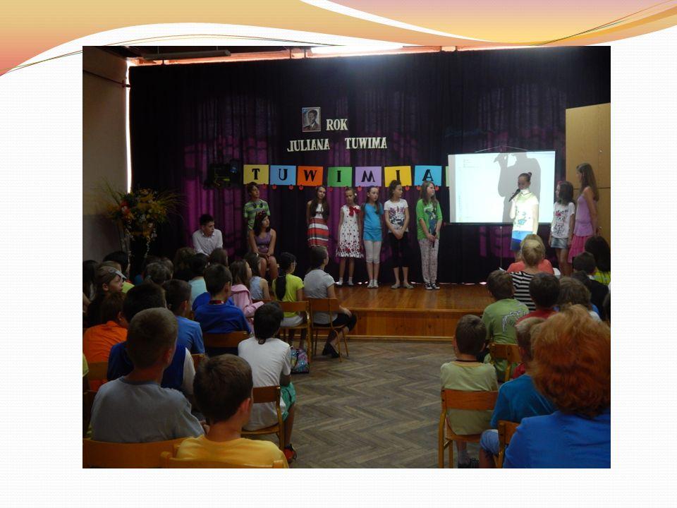 Klasy piąte przedstawiły prezentacje multimedialne oraz plakaty na temat życia i twórczości poety.