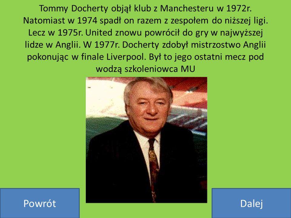 Tommy Docherty objął klub z Manchesteru w 1972r. Natomiast w 1974 spadł on razem z zespołem do niższej ligi. Lecz w 1975r. United znowu powrócił do gr