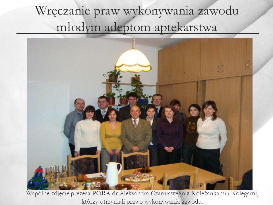 Wspólne zdjęcie prezesa PORA dr Aleksandra Czarniawego z Koleżankami i Kolegami, którzy otrzymali prawo wykonywania zawodu.