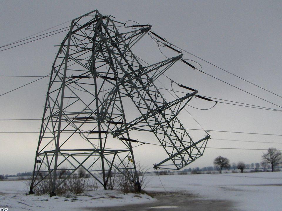 69 Bezpośrednie przyczyny katastrofy energetycznej Obciążenia sadzią przewodów linii energetycznych przekroczyły znacznie, co najmniej o kilkadziesiąt procent, przyjęte w obliczeniach normowe wartości katastrofalne, Dodatkowym czynnikiem, mającym wpływ na przebieg zdarzeń i rozległość uszkodzeń, były obfite opady deszczu w okresie poprzedzającym awarię, co spowodowało podniesienie poziomu wód gruntowych i w efekcie rozmiękczenie gruntu, Efektem było obniżenie stabilności posadowienia zarówno słupów linii elektroenergetycznych jak i rosnących w pobliżu linii drzew.