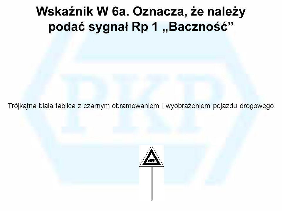 Wskaźnik W 6a. Oznacza, że należy podać sygnał Rp 1 Baczność Trójkątna biała tablica z czarnym obramowaniem i wyobrażeniem pojazdu drogowego