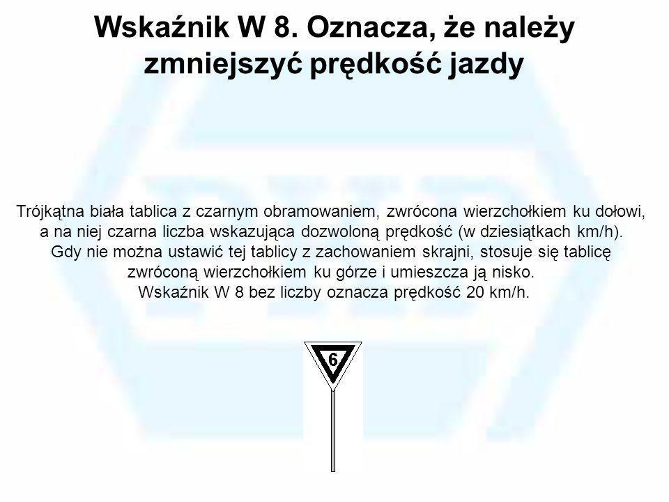 Wskaźnik W 8. Oznacza, że należy zmniejszyć prędkość jazdy Trójkątna biała tablica z czarnym obramowaniem, zwrócona wierzchołkiem ku dołowi, a na niej