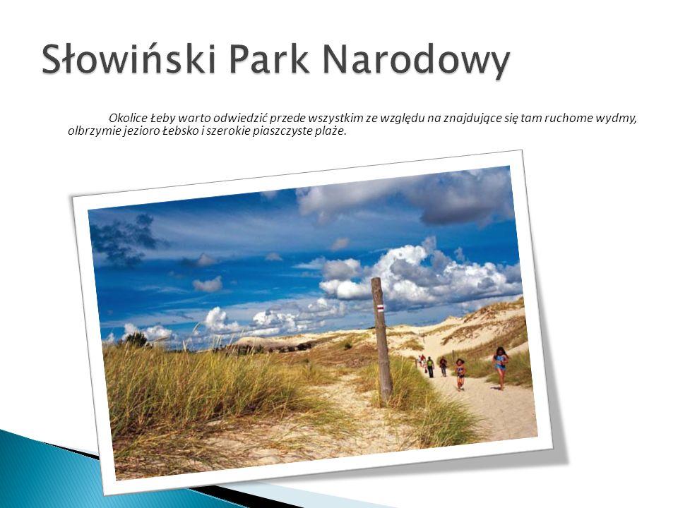 Okolice Łeby warto odwiedzić przede wszystkim ze względu na znajdujące się tam ruchome wydmy, olbrzymie jezioro Łebsko i szerokie piaszczyste plaże.