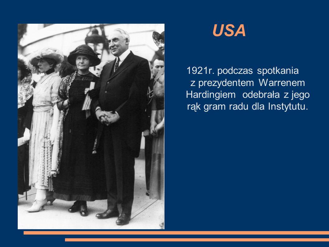 USA 1921r. podczas spotkania z prezydentem Warrenem Hardingiem odebrała z jego rąk gram radu dla Instytutu.