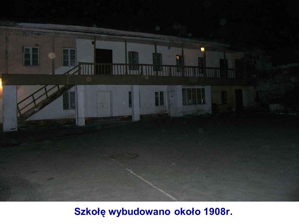 Szkołę wybudowano około 1908r.