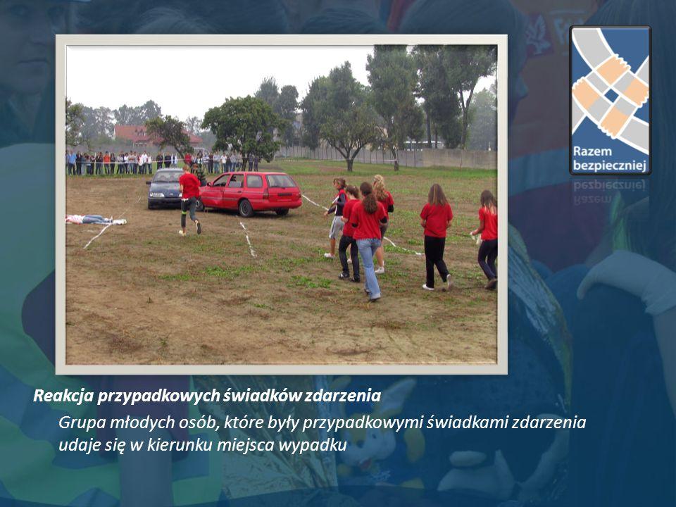 Reakcja przypadkowych świadków zdarzenia Grupa młodych osób, które były przypadkowymi świadkami zdarzenia udaje się w kierunku miejsca wypadku