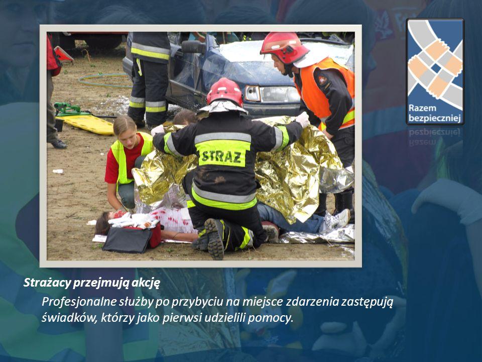 Strażacy przejmują akcję Profesjonalne służby po przybyciu na miejsce zdarzenia zastępują świadków, którzy jako pierwsi udzielili pomocy.