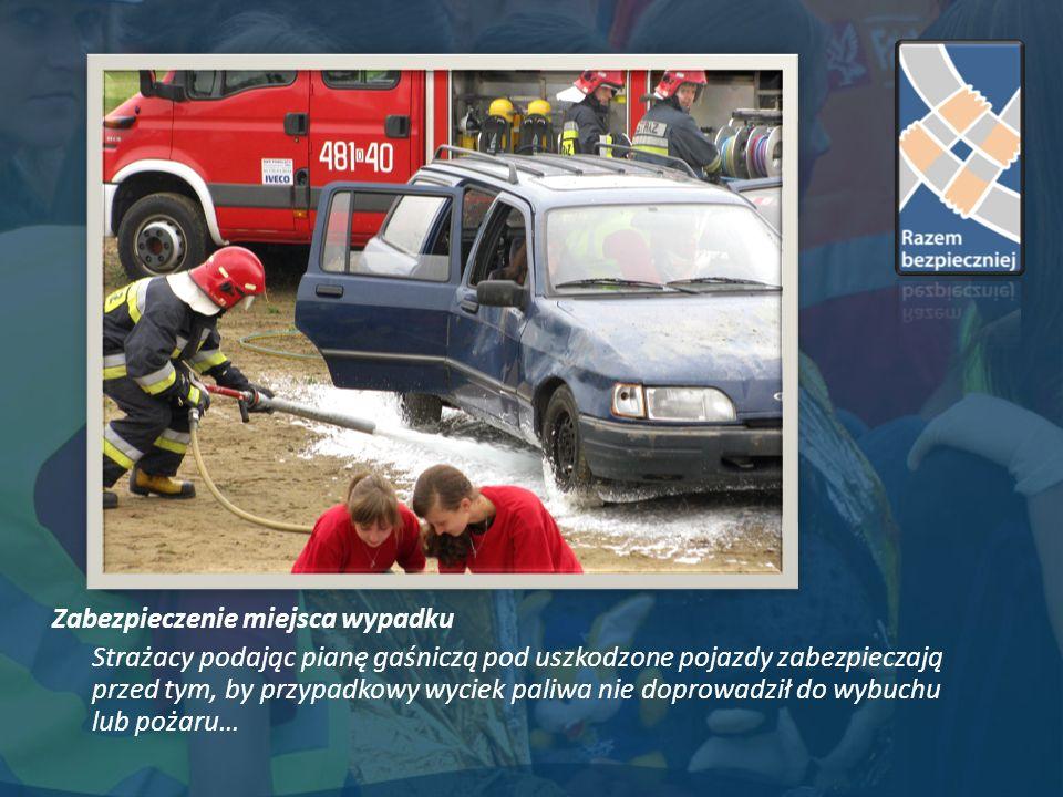 Zabezpieczenie miejsca wypadku Strażacy podając pianę gaśniczą pod uszkodzone pojazdy zabezpieczają przed tym, by przypadkowy wyciek paliwa nie doprowadził do wybuchu lub pożaru…