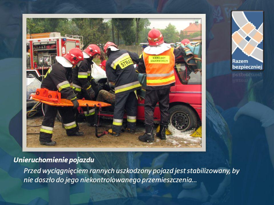 Unieruchomienie pojazdu Przed wyciągnięciem rannych uszkodzony pojazd jest stabilizowany, by nie doszło do jego niekontrolowanego przemieszczenia…