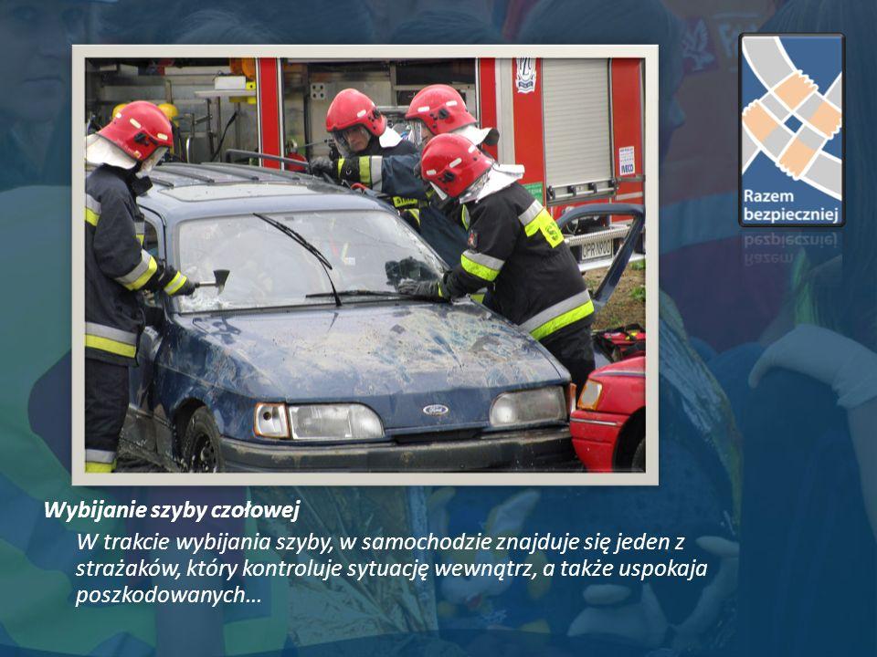 Wybijanie szyby czołowej W trakcie wybijania szyby, w samochodzie znajduje się jeden z strażaków, który kontroluje sytuację wewnątrz, a także uspokaja poszkodowanych…