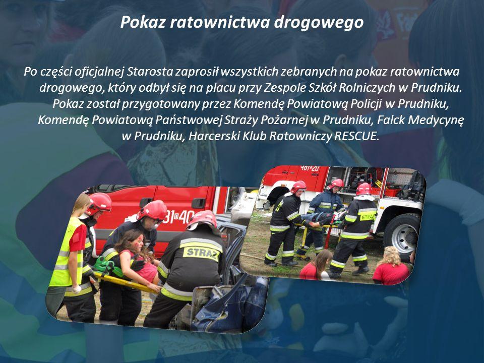 Pokaz ratownictwa drogowego Po części oficjalnej Starosta zaprosił wszystkich zebranych na pokaz ratownictwa drogowego, który odbył się na placu przy Zespole Szkół Rolniczych w Prudniku.
