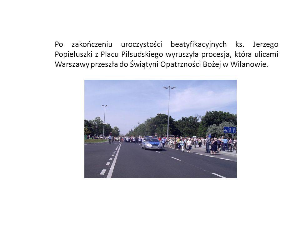 Po zakończeniu uroczystości beatyfikacyjnych ks. Jerzego Popiełuszki z Placu Piłsudskiego wyruszyła procesja, która ulicami Warszawy przeszła do Świąt