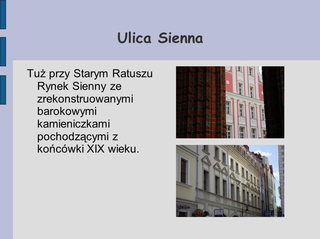 Ulica Sienna Tuż przy Starym Ratuszu Rynek Sienny ze zrekonstruowanymi barokowymi kamieniczkami pochodzącymi z końcówki XIX wieku.