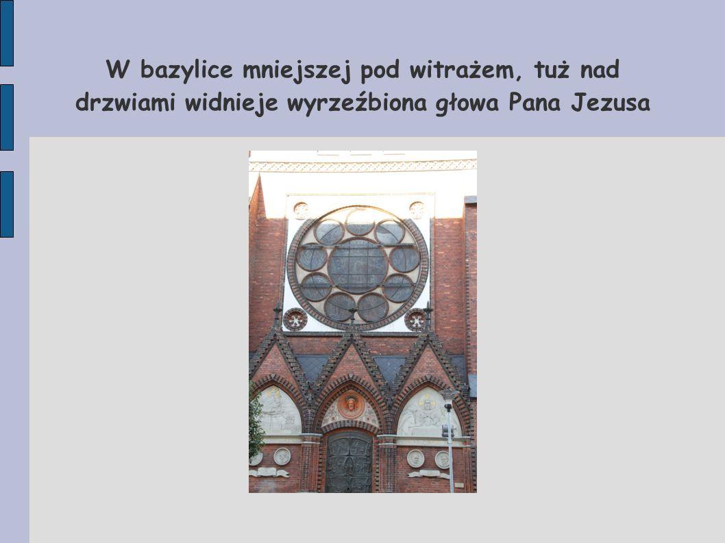 Nieopodal bazyliki mniejszej w samym centrum miasta rzuca się w oczy ogromny neogotycki czerwony budynek zajmowany przez pocztę