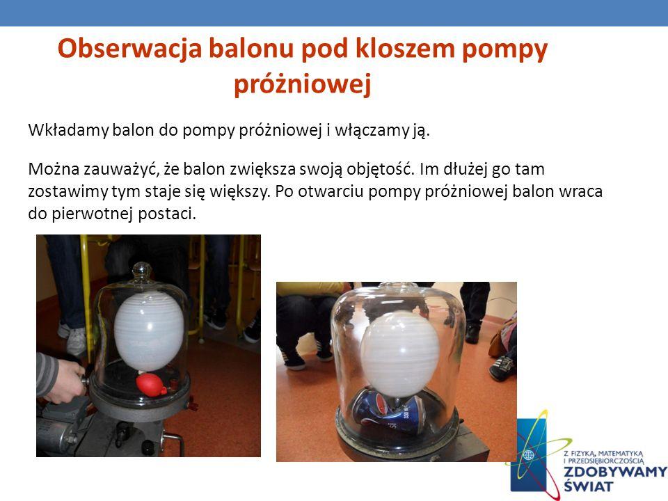 Wkładamy balon do pompy próżniowej i włączamy ją. Można zauważyć, że balon zwiększa swoją objętość. Im dłużej go tam zostawimy tym staje się większy.