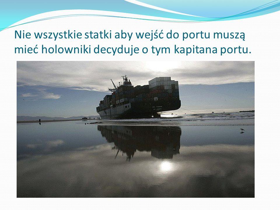 Nie wszystkie statki aby wejść do portu muszą mieć holowniki decyduje o tym kapitana portu.