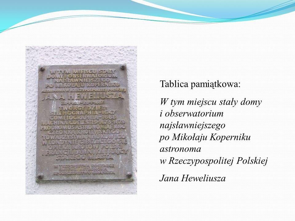 Tablica pamiątkowa: W tym miejscu stały domy i obserwatorium najsławniejszego po Mikołaju Koperniku astronoma w Rzeczypospolitej Polskiej Jana Heweliu