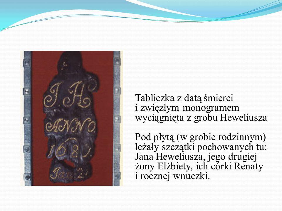 Tabliczka z datą śmierci i zwięzłym monogramem wyciągnięta z grobu Heweliusza Pod płytą (w grobie rodzinnym) leżały szczątki pochowanych tu: Jana Hewe