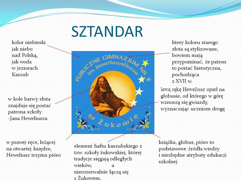 SZTANDAR kolor niebieski jak niebo nad Polską, jak woda w jeziorach Kaszub w kole barwy złota znajduje się postać patrona szkoły -Jana Heweliusza. w p