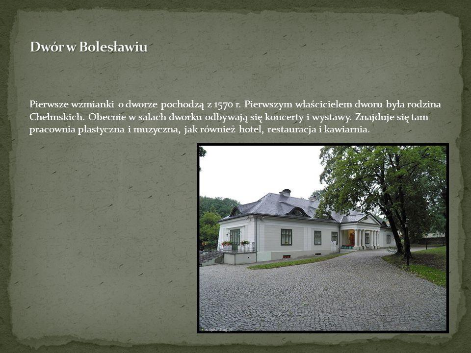 Pierwsze wzmianki o dworze pochodzą z 1570 r. Pierwszym właścicielem dworu była rodzina Chełmskich. Obecnie w salach dworku odbywają się koncerty i wy