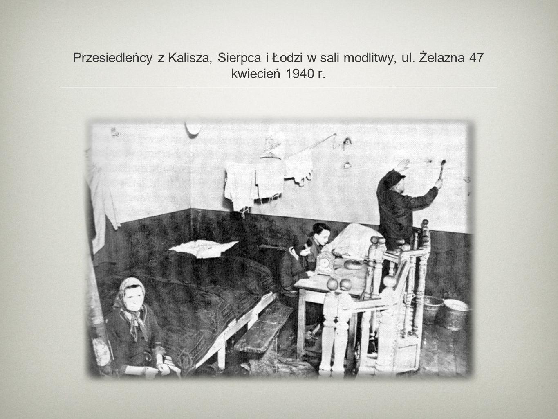 Przesiedleńcy z Kalisza, Sierpca i Łodzi w sali modlitwy, ul. Żelazna 47 kwiecień 1940 r.