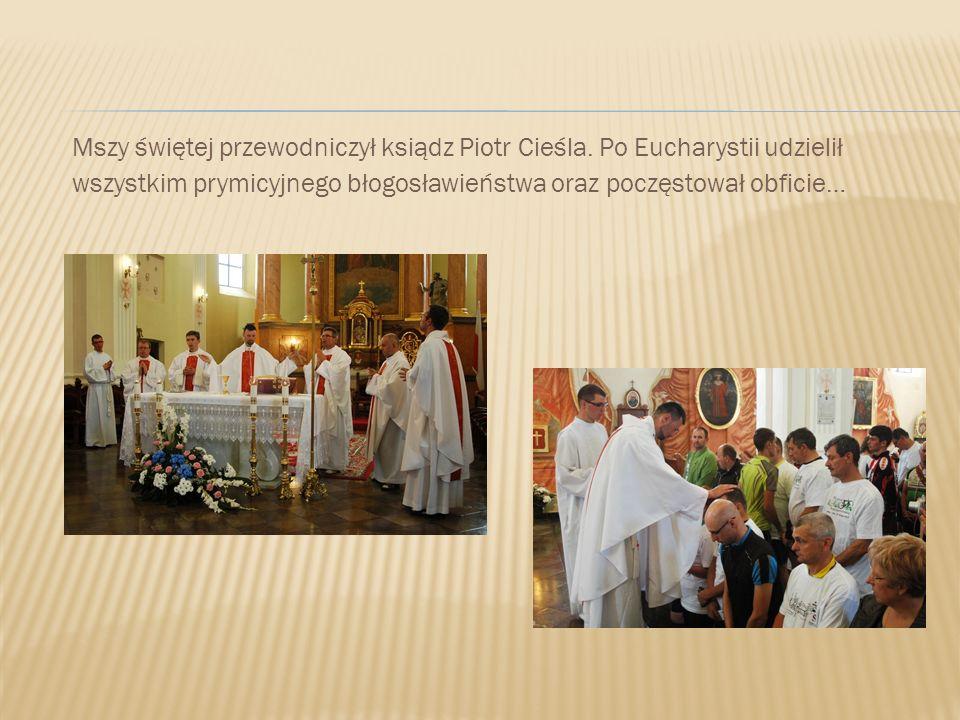 Mszy świętej przewodniczył ksiądz Piotr Cieśla. Po Eucharystii udzielił wszystkim prymicyjnego błogosławieństwa oraz poczęstował obficie…