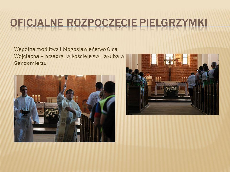 Wspólna modlitwa i błogosławieństwo Ojca Wojciecha – przeora, w kościele św. Jakuba w Sandomierzu