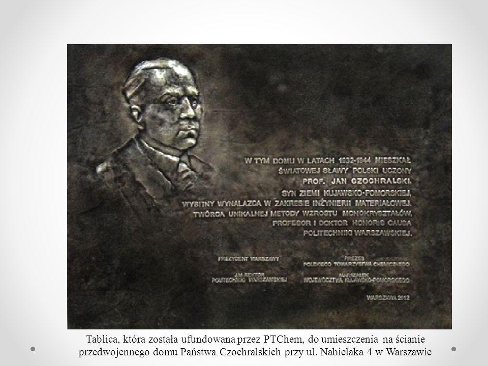 Tablica, która została ufundowana przez PTChem, do umieszczenia na ścianie przedwojennego domu Państwa Czochralskich przy ul. Nabielaka 4 w Warszawie