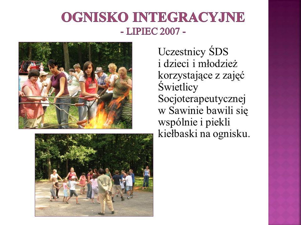 Uczestnicy ŚDS i dzieci i młodzież korzystające z zajęć Świetlicy Socjoterapeutycznej w Sawinie bawili się wspólnie i piekli kiełbaski na ognisku.